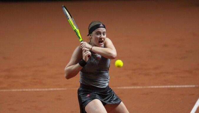 Ostapenko un Pavļučenkova piedzīvo zaudējumu Madrides turnīra dubultspēļu pusfinālā