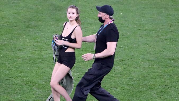 Во время матча Финляндия — Бельгия в Петербурге на поле выбежала полураздетая девушка