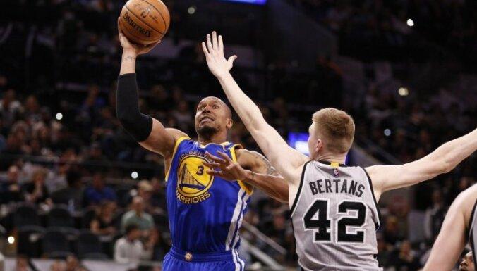 Bertāns iemet 13 punktus 'Spurs' drošā uzvarā NBA līdervienību spēlē