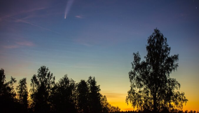 Krāšņā komēta NEOWISE kļuvusi par pieprasītu fotomodeli