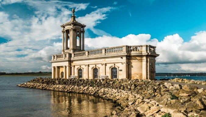 Reizēm 'slīkst', reizēm – peld virs ūdens: neparasta baznīca Lielbritānijā