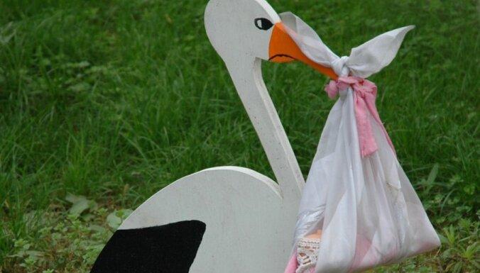 Aizņemties grūtnieces kleitu, stumdīt tukšus bērnu ratiņus, kaķēna adoptēšana un citi neparasti padomi, kā palikt stāvoklī