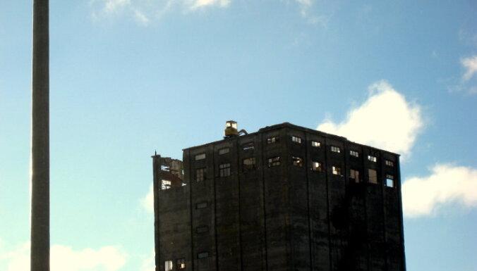 Traktors jauc ēku, braukājot pa tās jumtu
