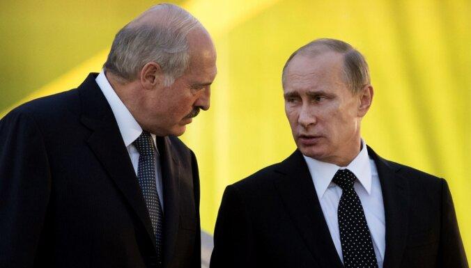 Lukašenko lūdzis Putinam piegādāt ieročus