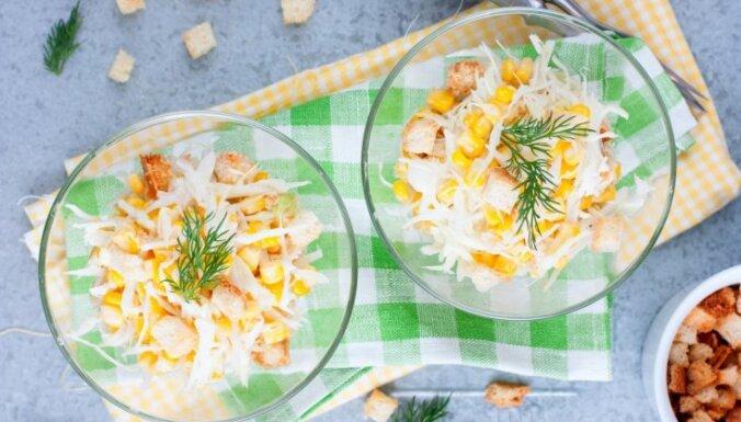 Слоеный сырный салат с сухариками и кукурузой