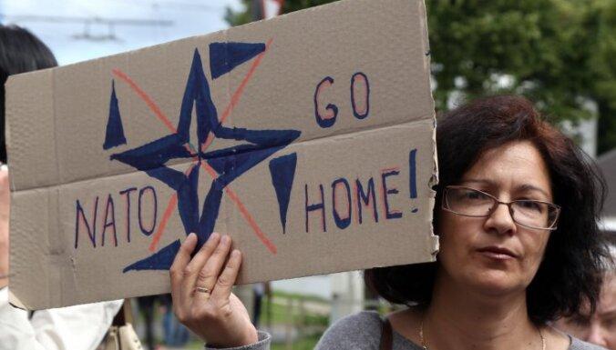 ФОТО: в Риге прошли пикеты за и против НАТО