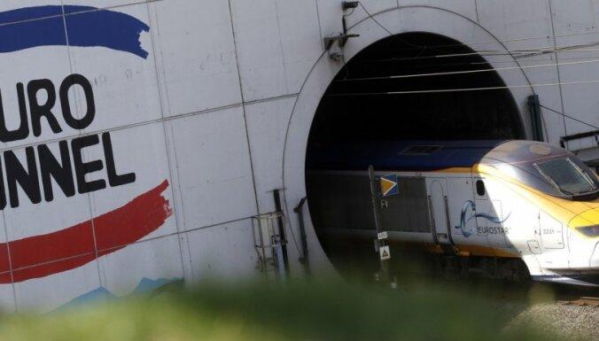 Движение поездов под Ла-Маншем остановлено из-за нашествия мигрантов