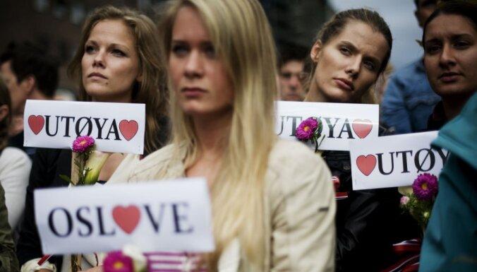 Sērās par 'Oslo šāvēja' upuriem norvēģi pārklāj ielas rožu ziediem