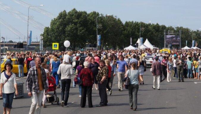 Latvijas iedzīvotāju skaits sarūk, Gulbis 'izlido' un traģiska avārija Pierīgā