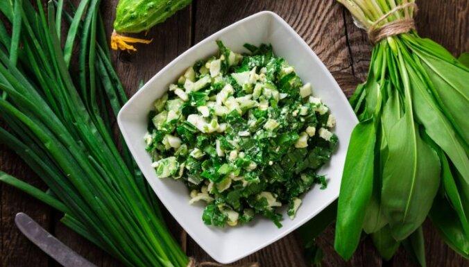 Витаминный салат из черемши, яиц и свежего огурца