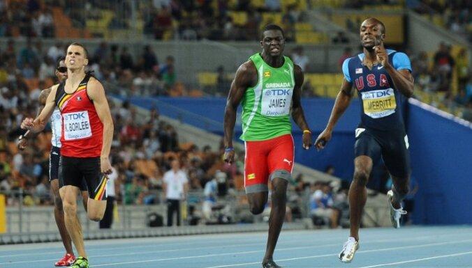 18 gadus vecais granādietis Kirani Džeimss uzvar PČ 400 m skrējienā