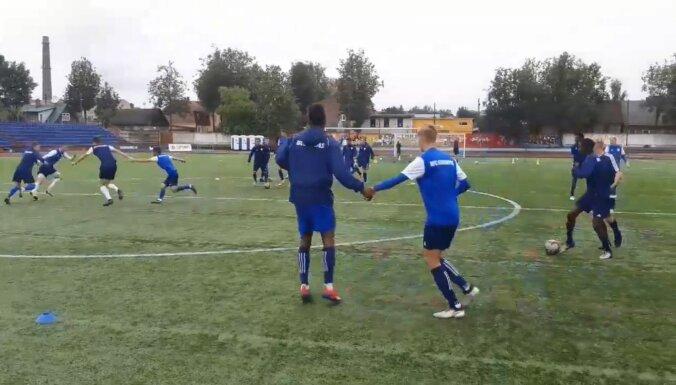 Video: 'Daugavpils' futbolisti trenējas, sadevušies rokās
