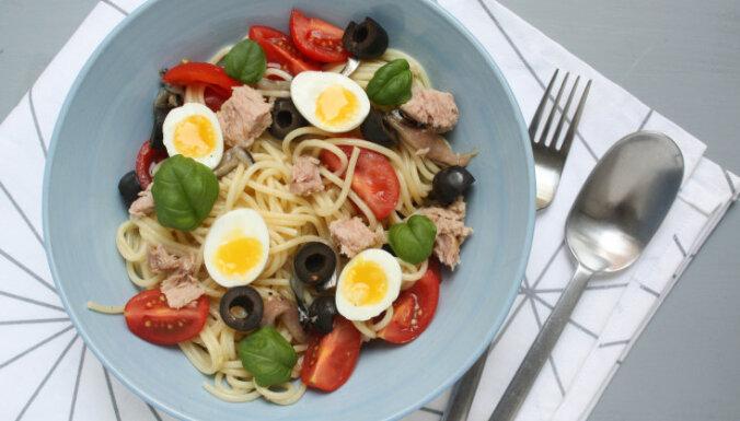 Spageti ar tunci, olīvām un tomātiem
