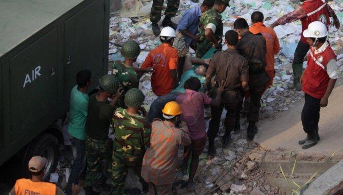 Bangladešā no augstceltnes drupām steidz glābt izdzīvojušos, pirms ieradušies buldozeri