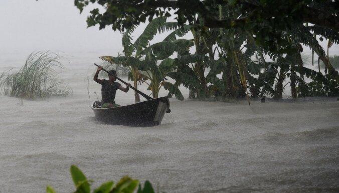 Foto: plūdos un zemes nogruvumos Dienvidāzijā vismaz 200 bojāgājušo