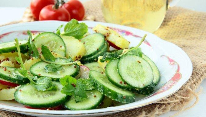 Gurķu salāti ar jaunajiem kartupeļiem un sinepju mērci