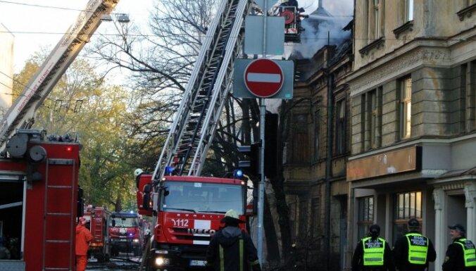 В субботу горело историческое здание на улице Калнциема (ФОТО, ВИДЕО)