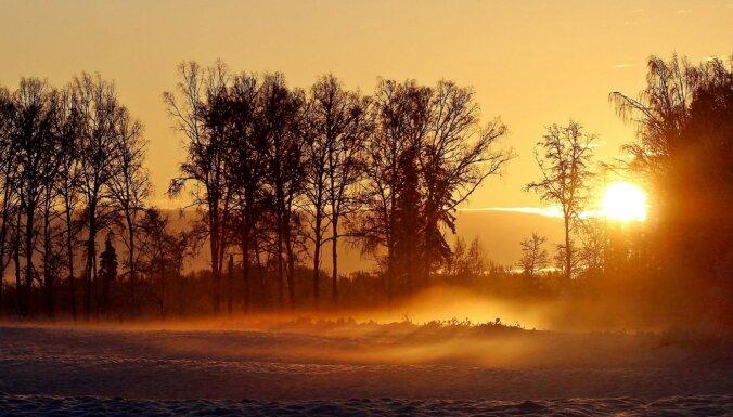 Krāšņi foto: Pirmās adventes saullēkts pielej zeltā apkārtni