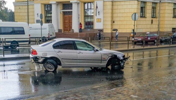 Foto: BMW pie Centrāltirgus ietriecas metāla barjerā