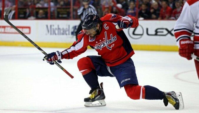Ovečkinam pirmais 'hat-trick' sezonā, Makdeivids nostiprinās NHL snaiperu galvgalī
