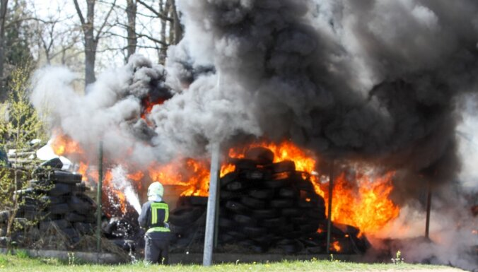Foto: Ugunsgrēkā Ogrē deg riepas, vecas automašīnas un koki
