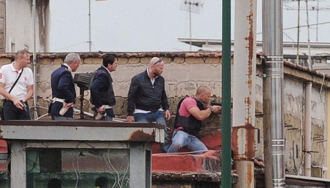Neapolē vīrietis no balkona nošāvis trīs cilvēkus