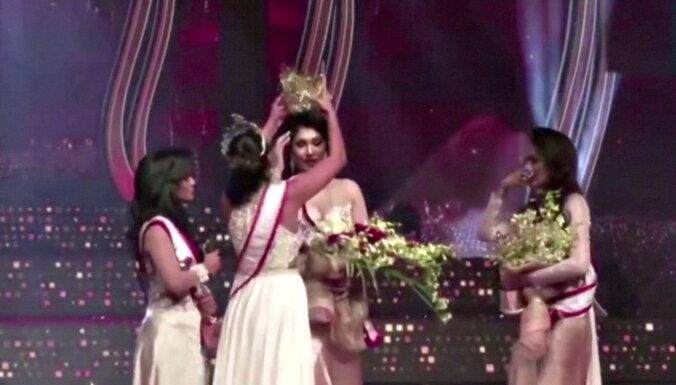 """""""Миссис мира"""" арестовали после того, как та отобрала корону у """"Миссис Шри-Ланка"""""""