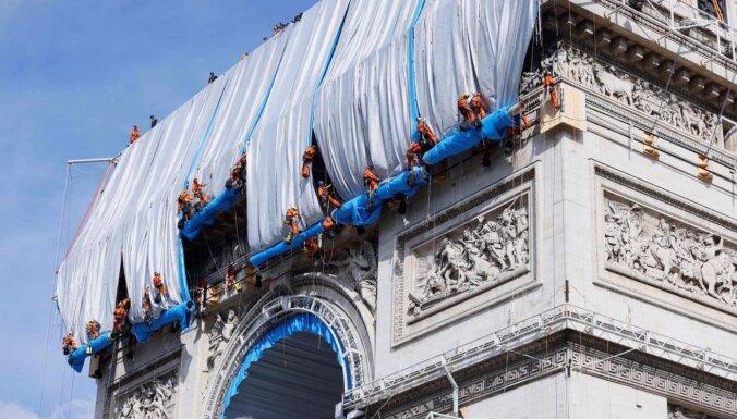 Parīzē realizēts mākslinieka Kristo sapnis – audumā ietīta Triumfa arka