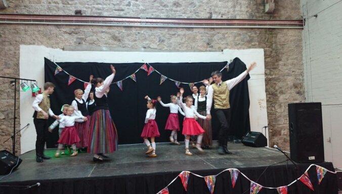 Foto: Latviešu dejotāji uzstājas Starptautiskajā labdarības tirdziņā Dublinā