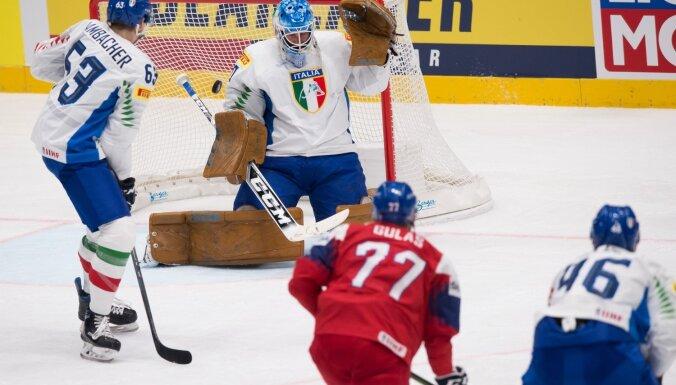 Itālijas hokejisti piektajā mačā pēc kārtas negūst vārtus; čehi iemet arī no centra