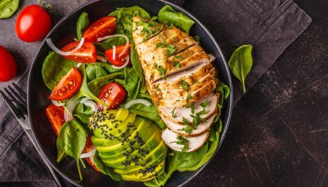 Septiņi veidi, kā pagatavot vistas fileju salātiem, lai tā nezaudētu sulīgumu