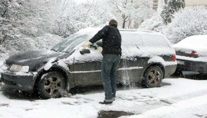 Pirmajā ziemas dienā dubultojies avāriju skaits; viens bojāgājušais