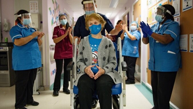 Pirmais pacients pasaulē saņem 'Pfizer' un 'BioNTech' ražoto Covid-19 vakcīnu