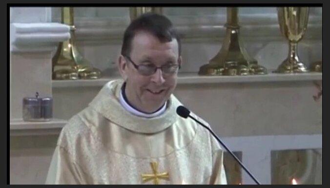 Video: Priesteris, nodziedot laulājamiem 'Hallelujah', strauji kļūst slavens