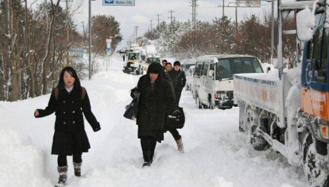 Sniegs Japānas ziemeļos prasījis 55 cilvēku dzīvības