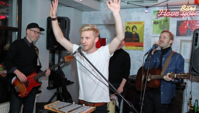 Foto: 'Ewert and the Two Dragons' pārsteidz apmeklētājus bāra 'I Love You' atvadu ballē