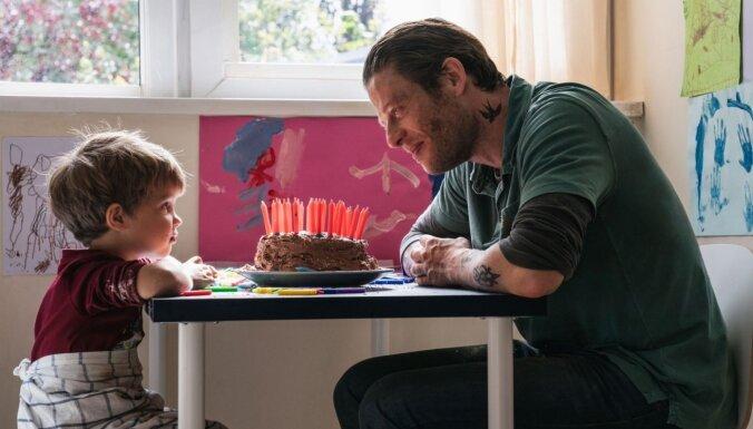 'Nekur īpaši' – stāsts par tēvu, kurš savam mazajam dēlēnam meklē jaunu ģimeni