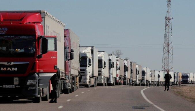 В Латвии снизилась регистрация новых легковых автомобилей, регистрация грузовиков увеличилась