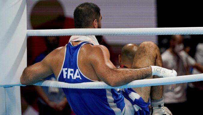 Боксер устроил на Олимпиаде сидячую забастовку: не покидал ринг почти час