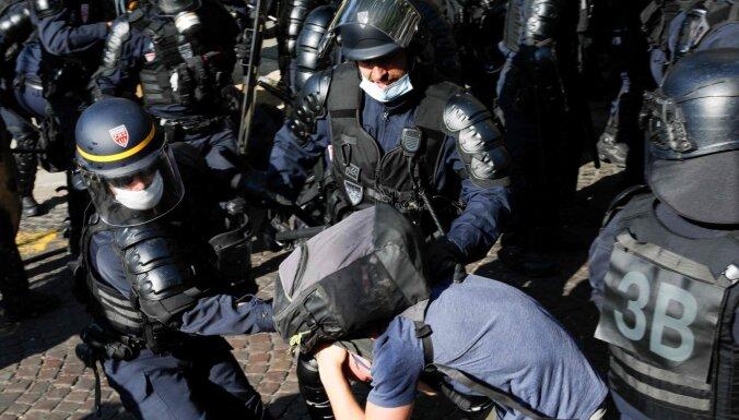"""Снова """"желтые жилеты"""" в Париже. Полиция разогнала демонстрацию, сотни задержанных"""