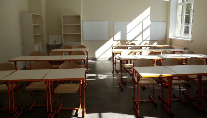 Rīgā ir klases, kas strādā attālināti skolotāju trūkuma dēļ, ne epidemioloģiskās situācijas dēļ, norāda domē