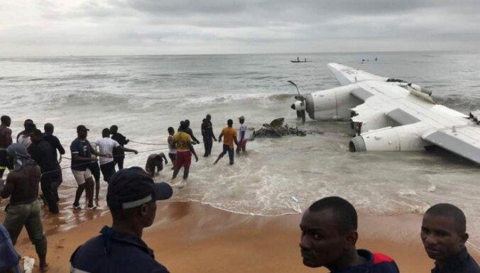 Pie Kotdivuāras jūrā iekritusi lidmašīna; četri mirušie