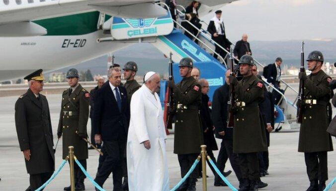 Foto: Pāvests Francisks ierodas Turcijā