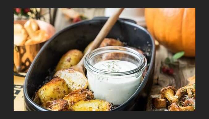 Медовый картофель с соусом из сметаны и хрена
