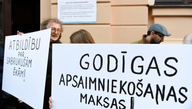 Возле Rīgas namu pārvaldnieks прошел пикет недовольных его работой рижан