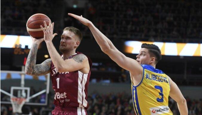 Latvijas basketbolistiem sāpīgs zaudējums Štelmahera debijā