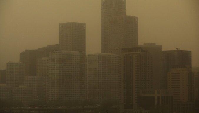 Foto: Pekinā Gobi smiltis dienu pārvērš naktī