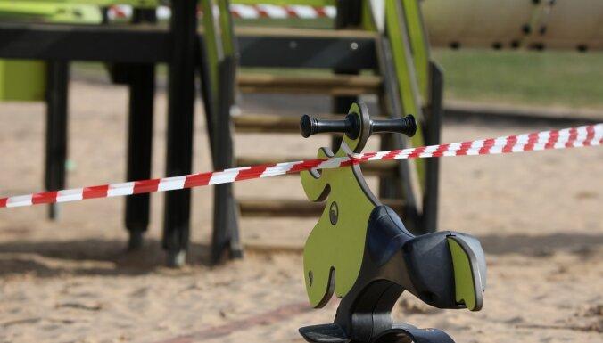 В выходные муниципальная полиция Риги будет усиленно проверять детские и спортивные площадки