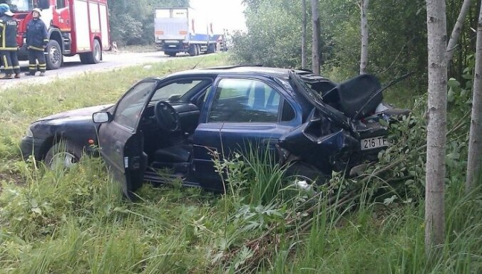 Эстония: латвийский грузовик врезался в легковушку