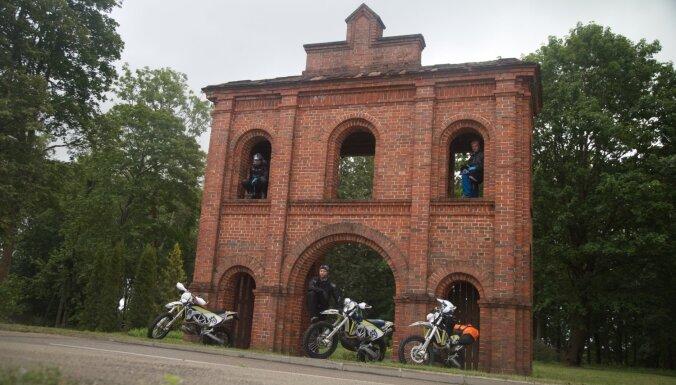 Ar motocikliem gar Latvijas pierobežu: aizaugušas stigas un leģendām apvīti apskates objekti
